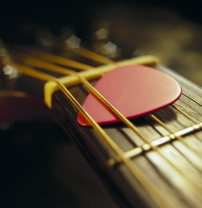 پیکی لای سیم های گیتار